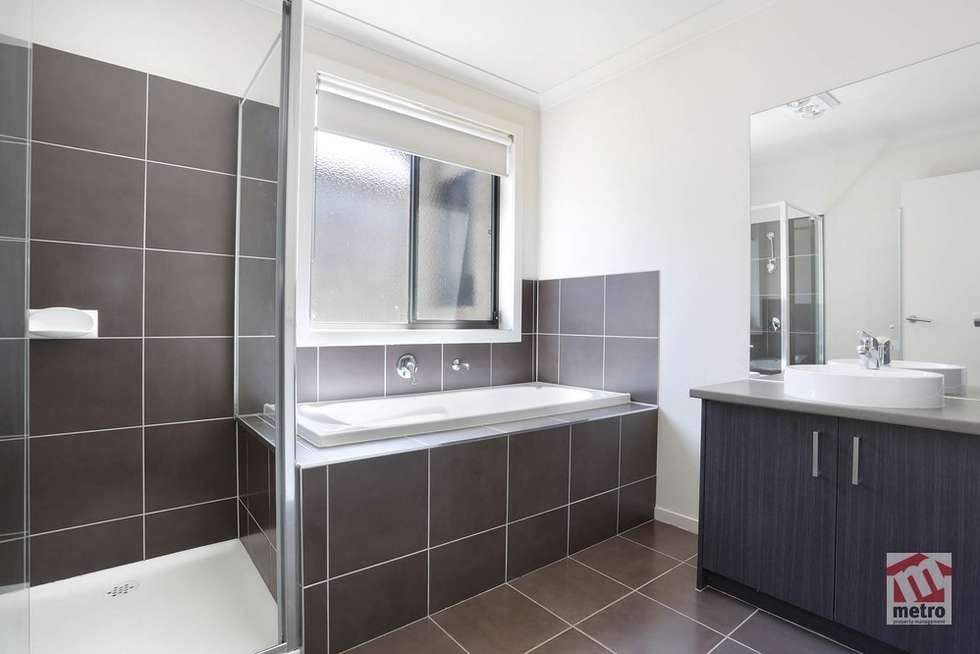 Fifth view of Homely house listing, 11 Alapont Close, Pakenham VIC 3810