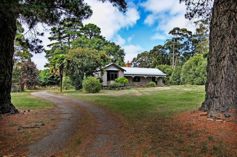 Main view of Homely house listing, 10 Corinthian  Court, Woodend, VIC 3442