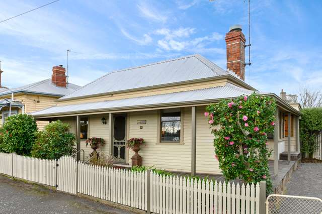 4 Doveton Crescent, Soldiers Hill VIC 3350