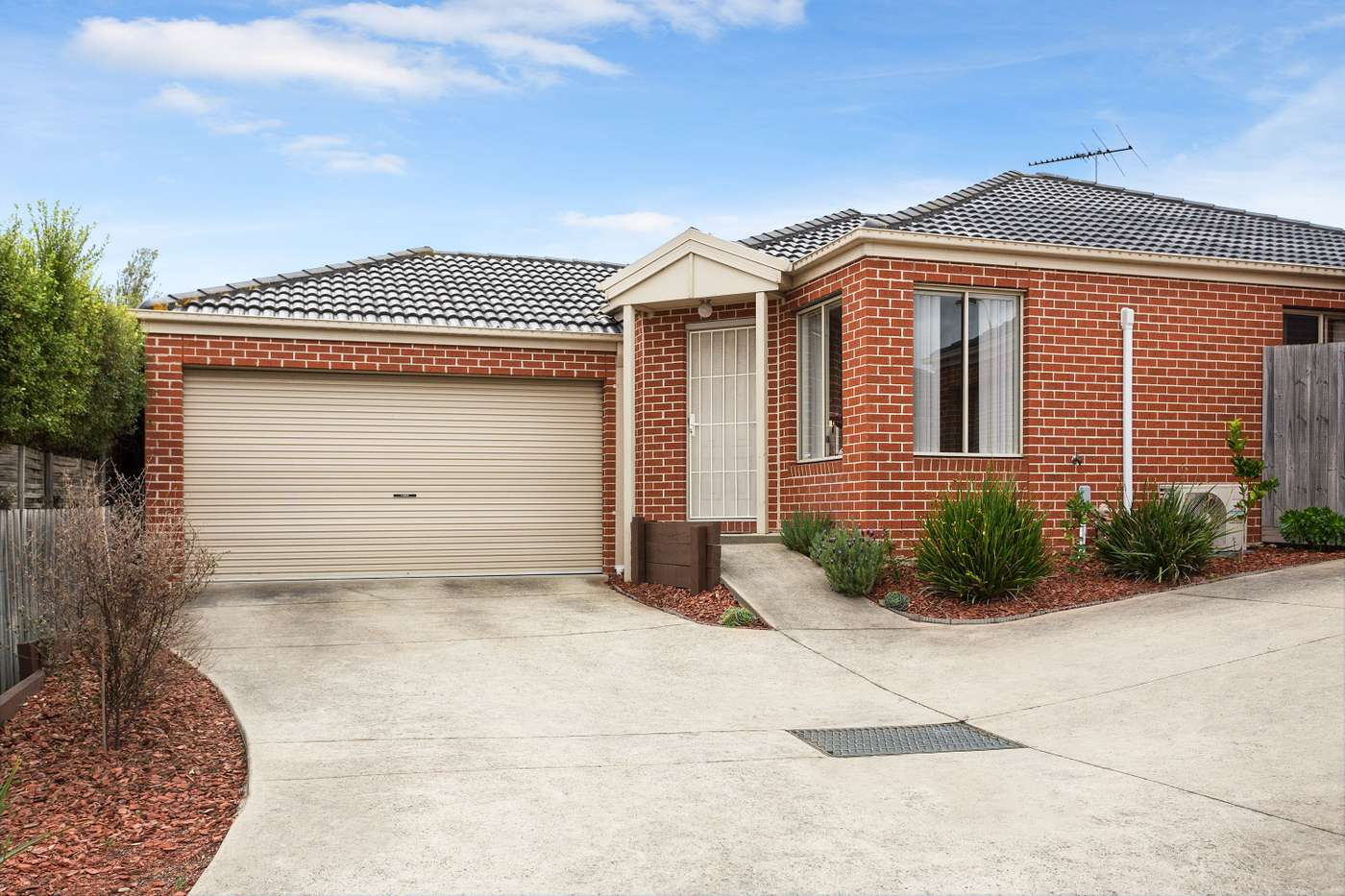 Main view of Homely house listing, 2/27 Silver Gum Drive, Pakenham, VIC 3810